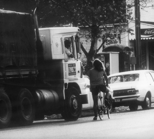 Richard stops to have a chat with an interested trucker somewhere between Melbourne and Canberra. Organised by Friends of the Earth Australia in 1975, this was the first bike ride against uranium mining.